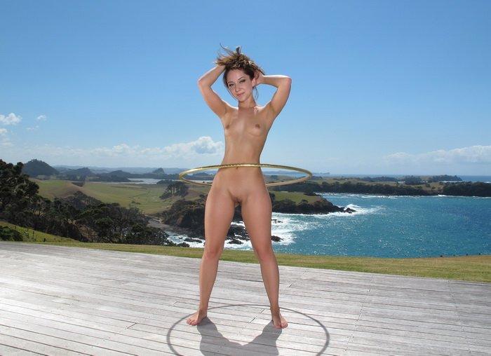 Девушка с обручем фото голая