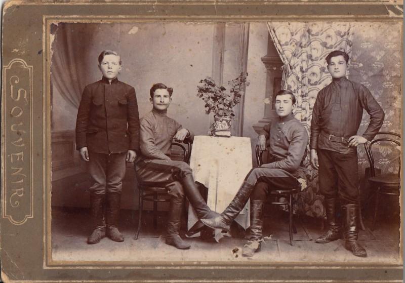 Слева направо Кондратий Иванович Коренев, Кипря Федореев, Алексей Евст. Коренев, Федор (из Нестеровки).