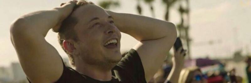 Илон Маск воодушевленно смотрит в небо, провожая свою ракету.