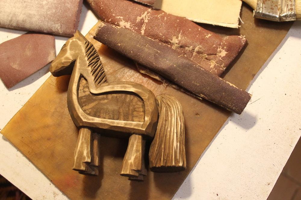 Деревянные лошадки.