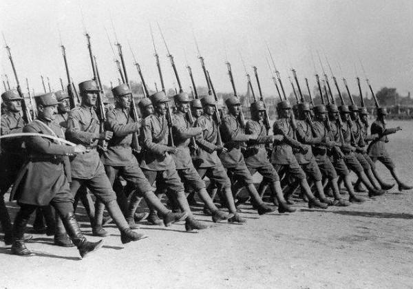 Иранская пехота. В руках офицера знаменитая персидская сабля шамшир.