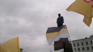 беспилотник в небе на Русском Марше в Пскове