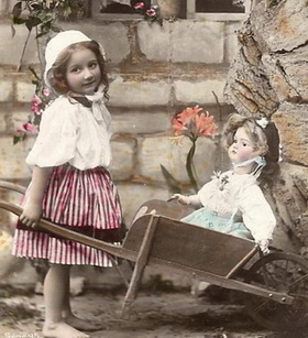 кукла в тачке