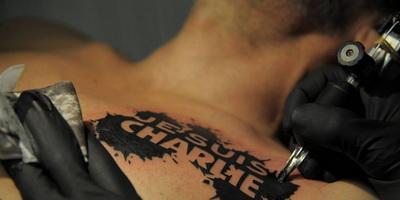 tatouage-je-suis-charlie-sur-le-torse