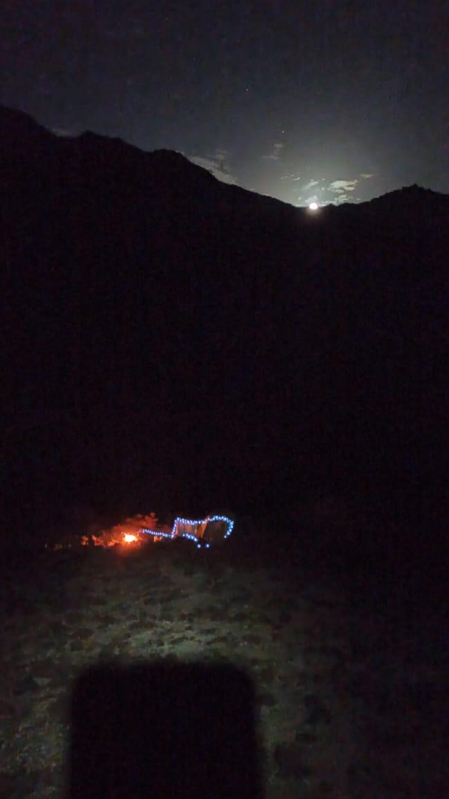 Восход луны и наш лагерь с высоты, куда мы поднимались чтобы позвонить родителям. Внизу сигнал не ловил