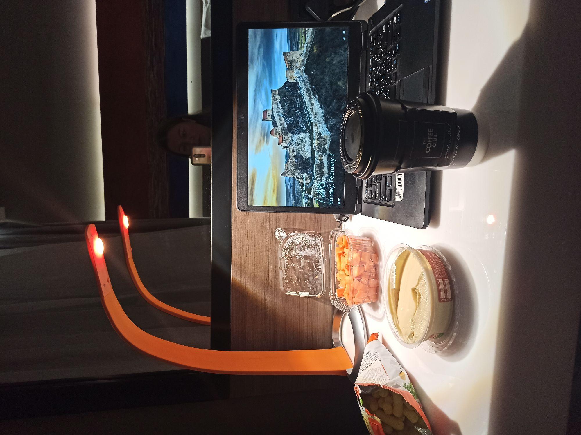 Моя еда и кофе на рабочем месте в отеле