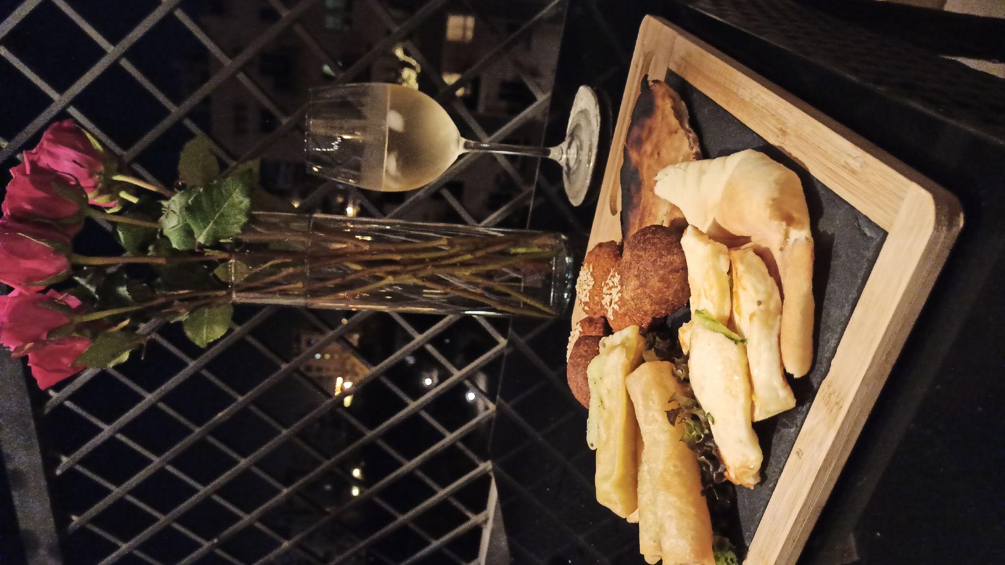 Любите арабскую еду? Мы очень, особенно ливанские закуски: фалафель, киббе, жареный халуми, манакиши там всякие...