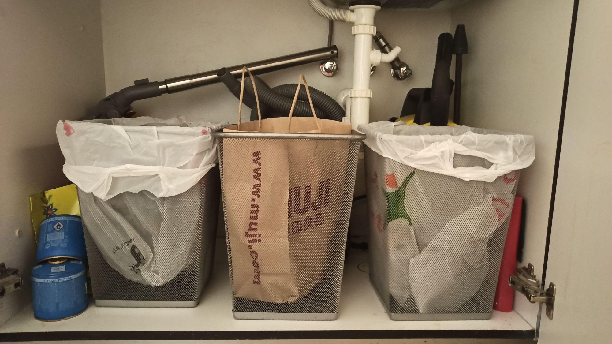 Мусорные корзины слева направо: пластик, бумага, консервы.