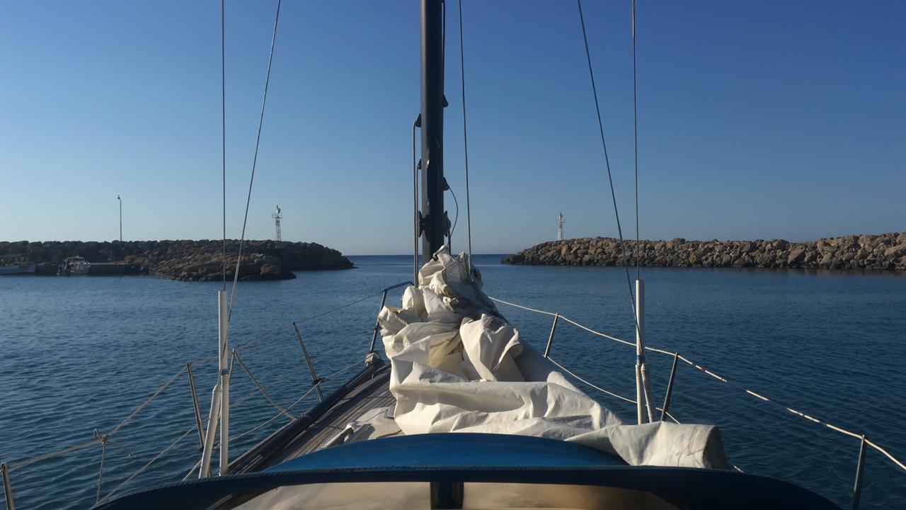 Анастасия выходит с гавани