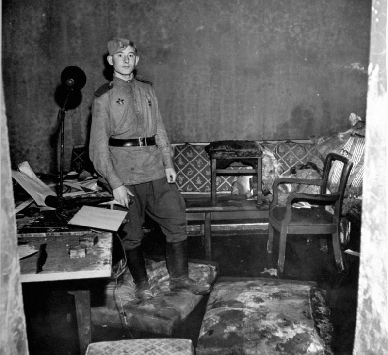 Советский солдат в апартаментах Геббельса в бункере Гитлера под Рейхсканцелярией.