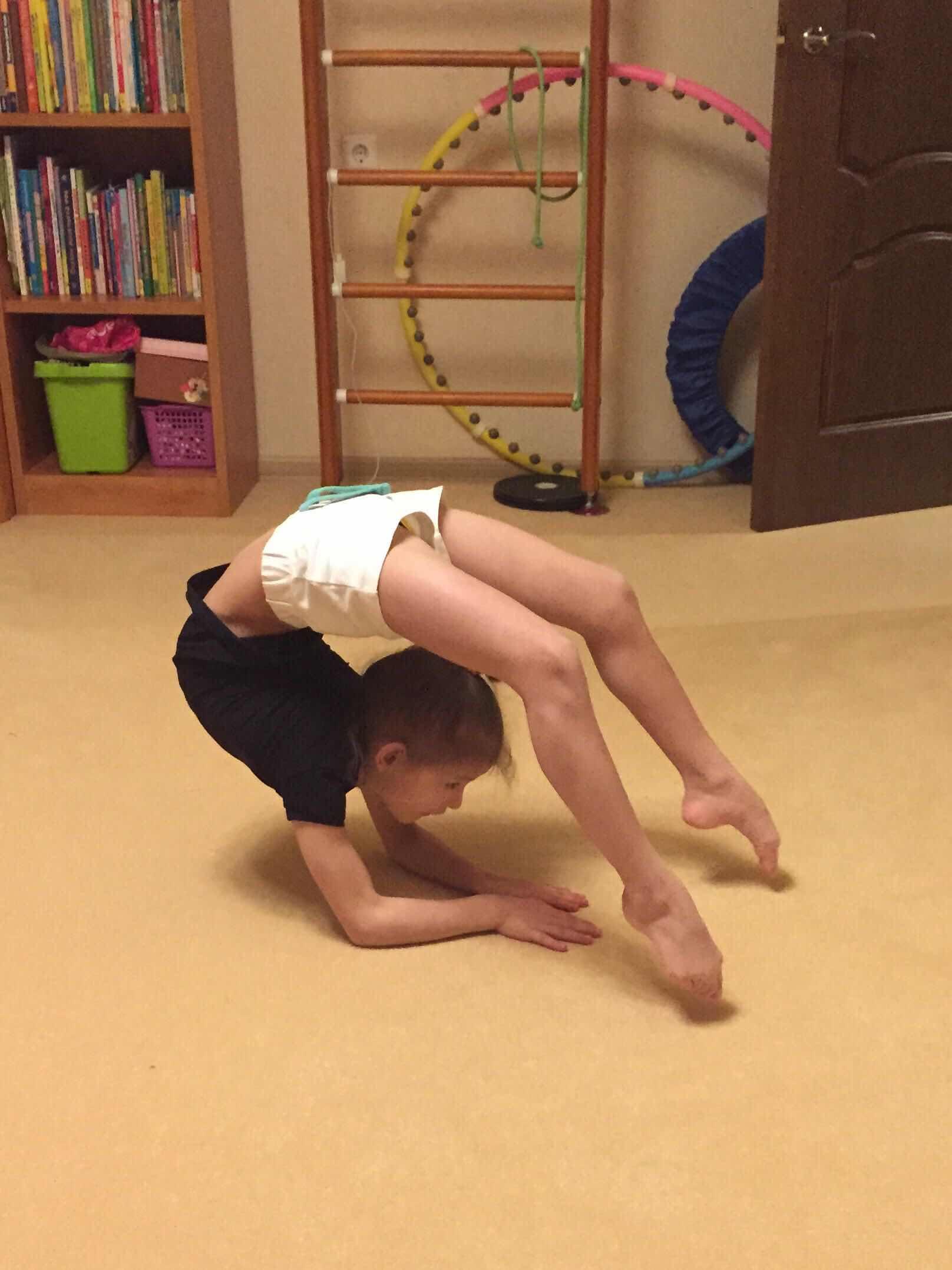 Фото гимнастка в растяжке за компьютером конечно