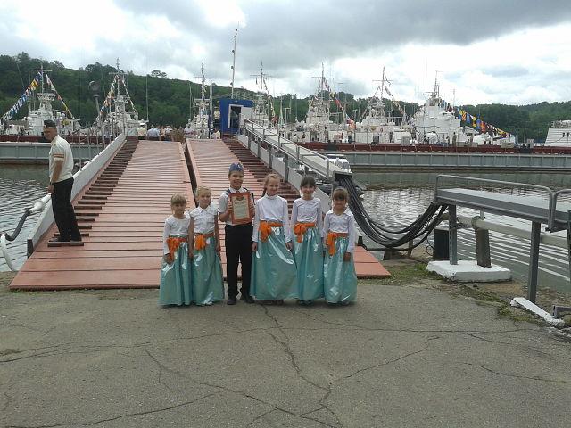 Дети у кораблей