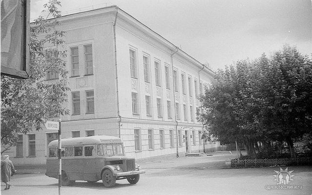 Площадь.Здание Горкома.