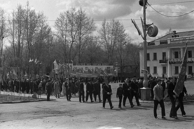 Праздничная демонстрация на площади1