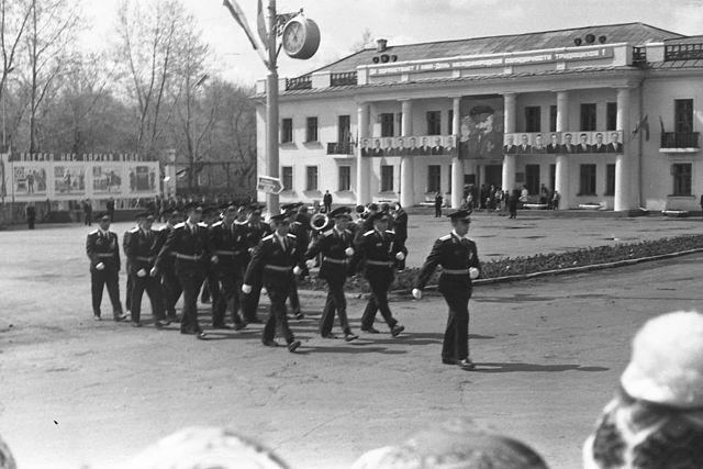 Праздничная демонстрация на площади.