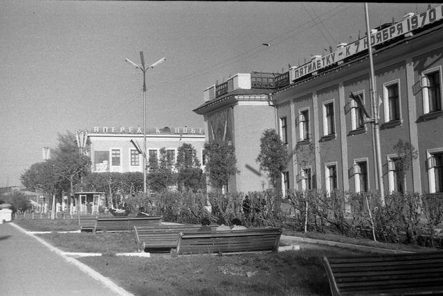 Улица Октябрьская.Сквер на площади