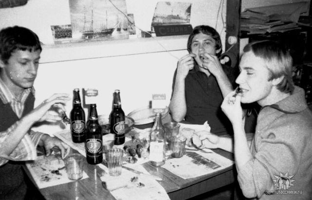 Общага ДВГУ на ул. Пограничной 26. А пиво вьетнамское 33, в то время его было навалом. 1975-1978 гг.