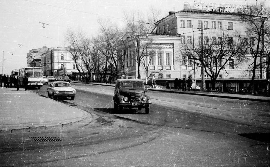 Улица Алеутская, здание Владивостокского отделения железной дороги. 1975 г.