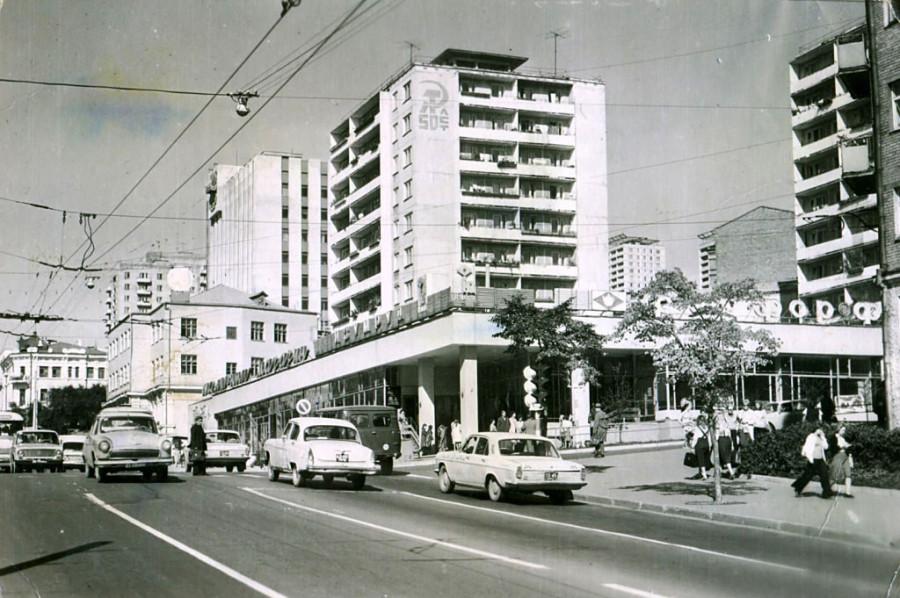 Владивосток , Океанский проспект, магазин Изумруд. Июль 1976 г.