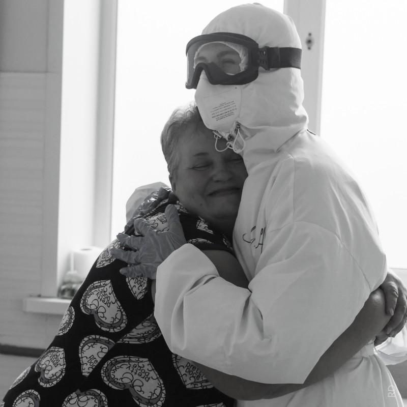 Пациентка ковидного отделения Советской ЦРБ прощается с врачом Любовью Пономаревой перед выпиской.
