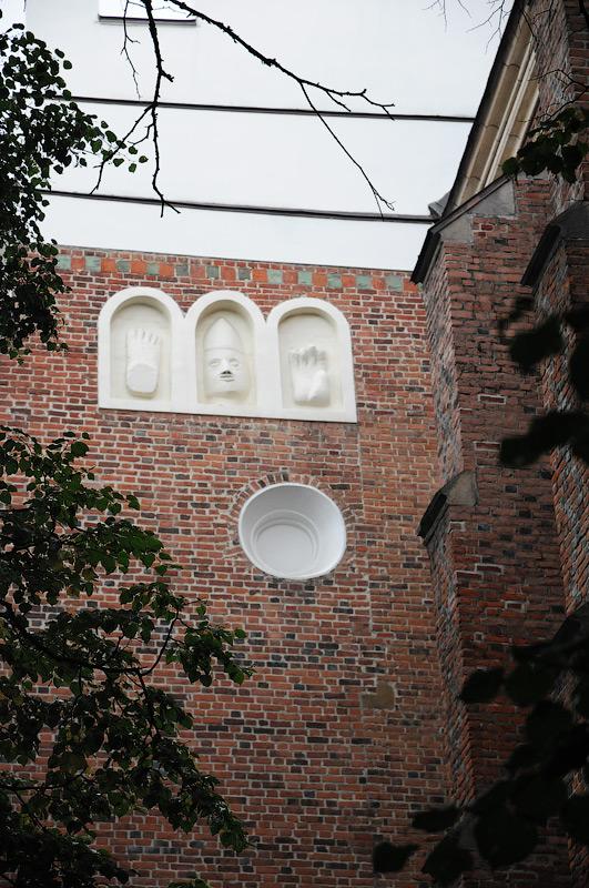 поганські символи на стіні костелу св.Бартоломея