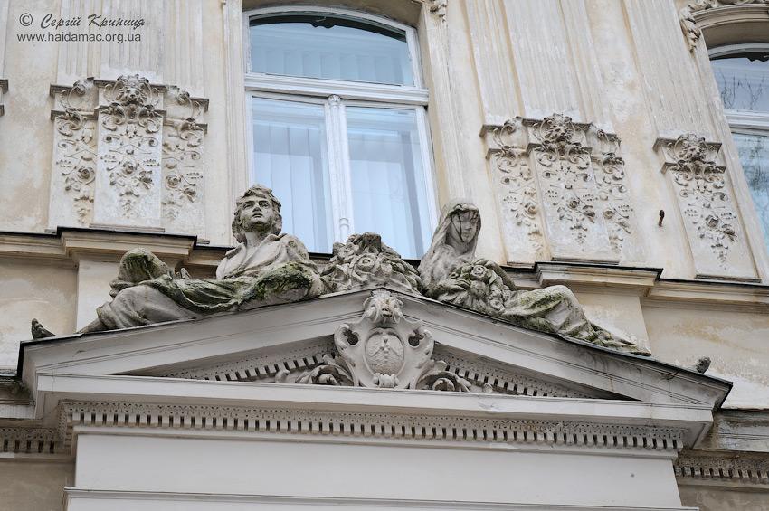 декор фронтону над головним входом до будівлі
