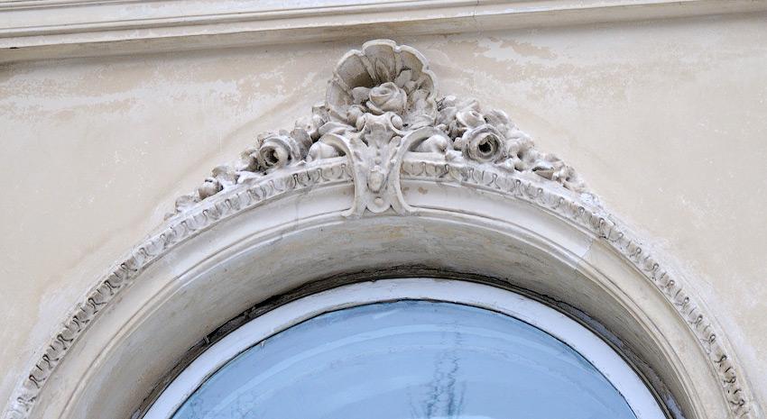 декор над вікнами