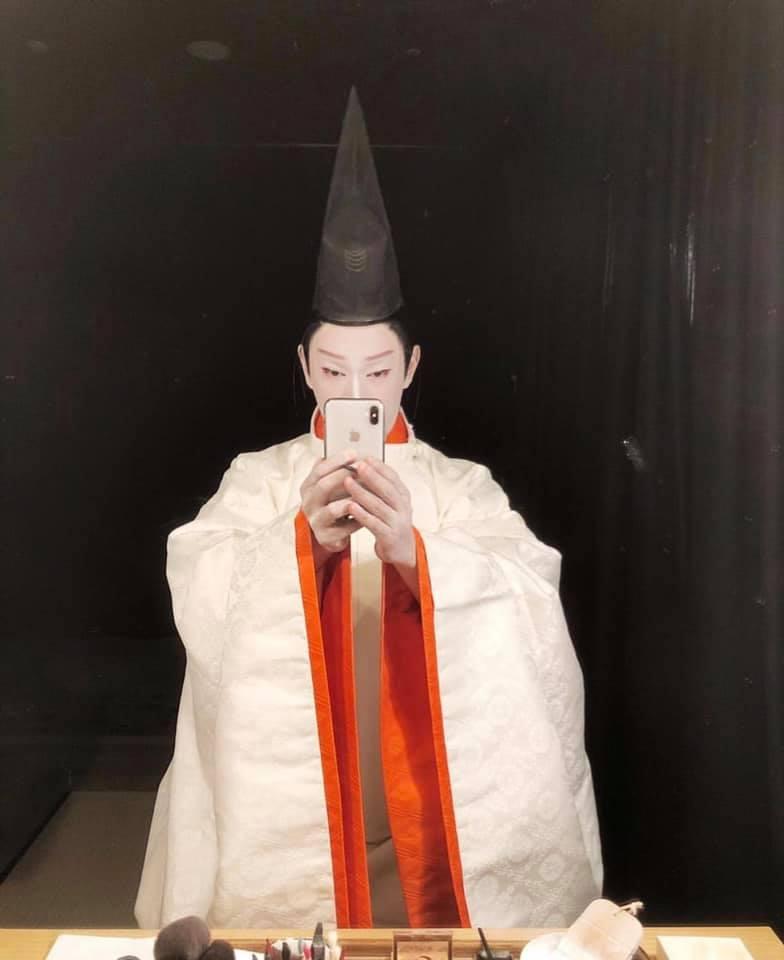 Итикава Эбидзо XI, актёр театра Кабуки, в своей гримерке после представления в спектакле «Гэндзи-моногатари»
