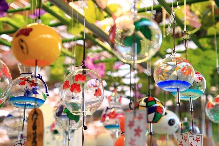 Стеклянные колокольчики на японской улице служат и украшением