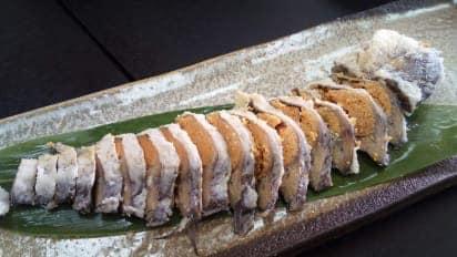 вот так подают одну из самых древних разновидностей суси - фунадзуси, ферментированного карася