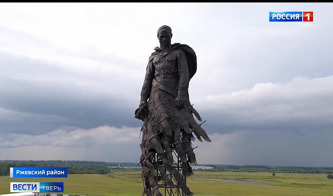 «Сталинский солдат мужского пола в рваной юбке из перьев»