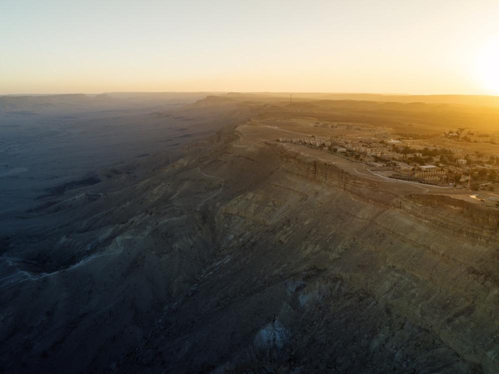 И населенный пункт Мицпе Рамон на краю кратера