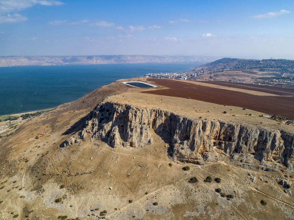 Летом израильские пейзажи становятся такими коричневыми, а вот зимой всё будет зелёное. Озеро Кинерет и город Тверия виднеется на берегу