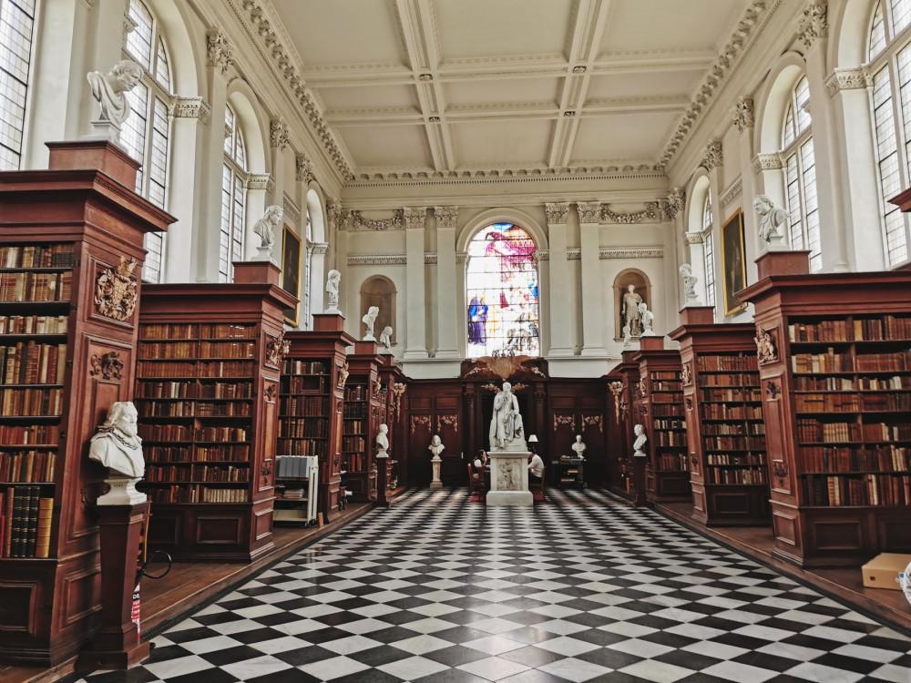 Библиотека колледжа Тринити, тут хранятся древние книги и рукописи великих людей, например Ньютона. А ещё тут лежит оригинал Винни Пуха)