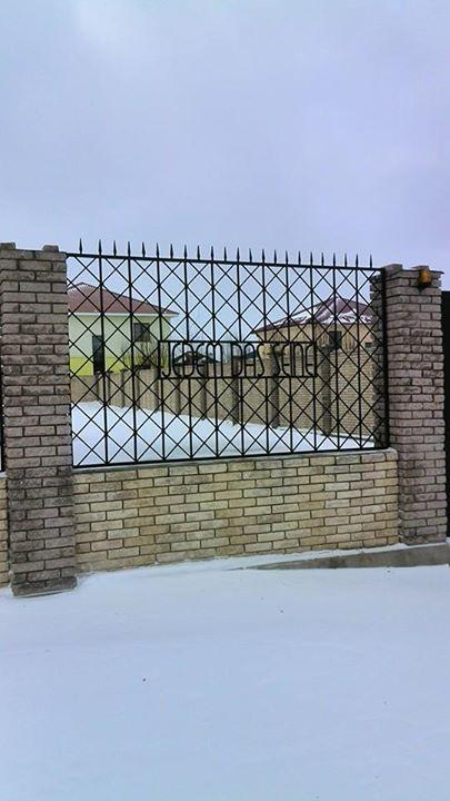 Забор коттеджа на Новой Риге. Двусмысленно.