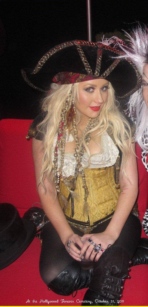 christina-aguilera-maroon-5-halloween-party-05