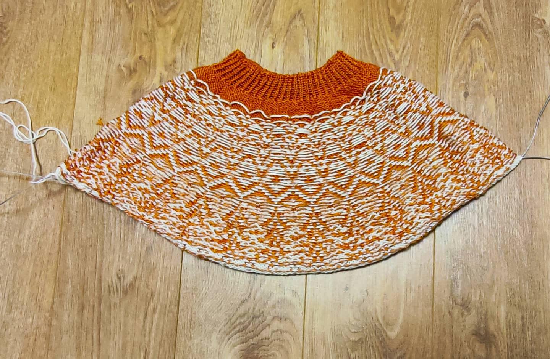 Вот изнаночная сторона вязания, на которой можно любоваться на обратную сторону узора. Видны протяжки.