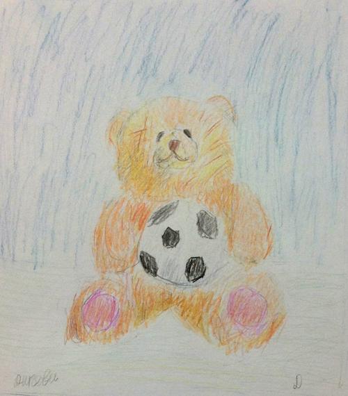«Медвежонок футболист». Рисование с натуры. Цветные карандаши. Даша, 7 лет.