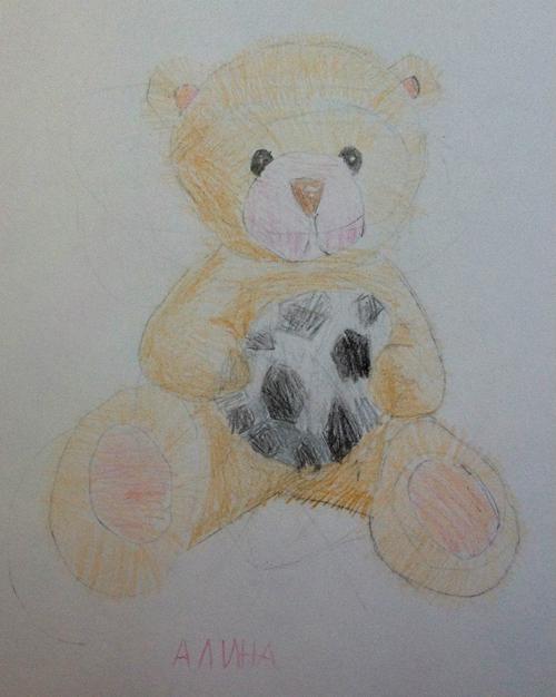 «Медвежонок футболист». Рисование с натуры. Цветные карандаши. Алина, 5 лет.