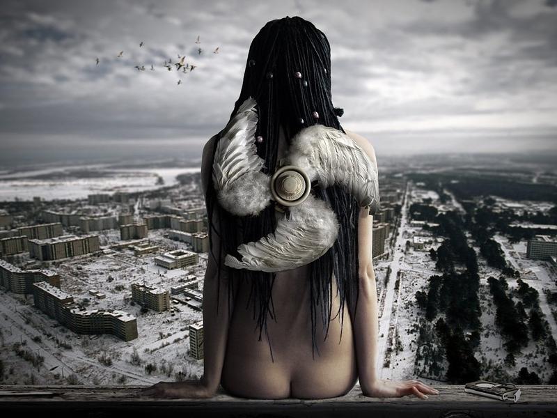 99px_ru_wallpaper_9770_golij_angel_sidit_na_balkone_s_kriljami_v