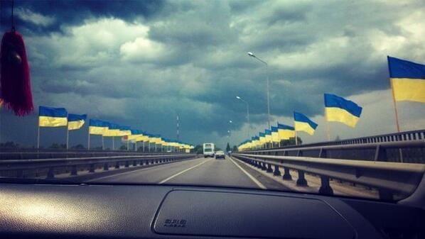Міст з прапорами