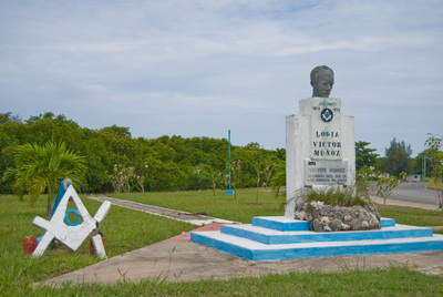 Памятник Хосе Марти с масонскими символами