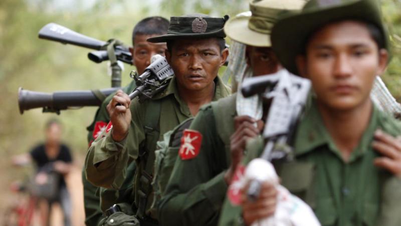 Бойцы национальной армии Мьянмы в походе