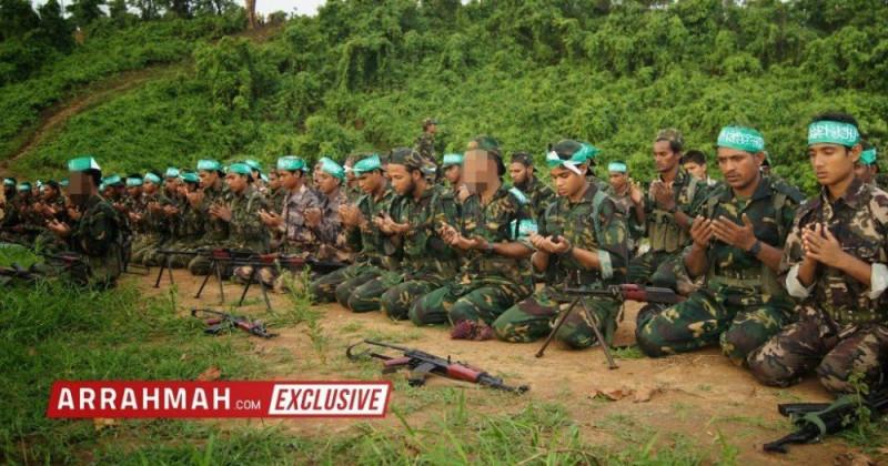 """Боевики """"Армии спасения рохинджа Аракана"""" на молитве"""