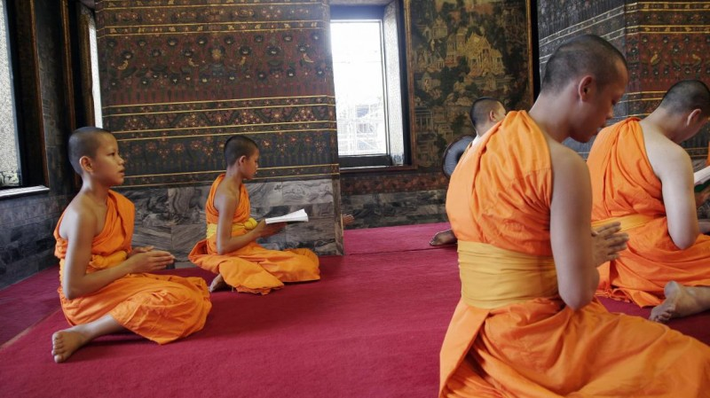 Буддийские монахи-послушники за чтением священных текстов