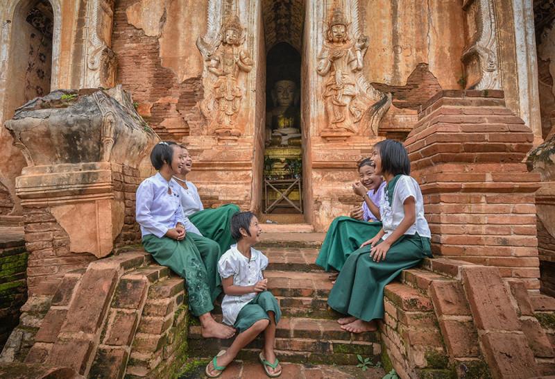 Мьянманские школьники у подножия древнего храма