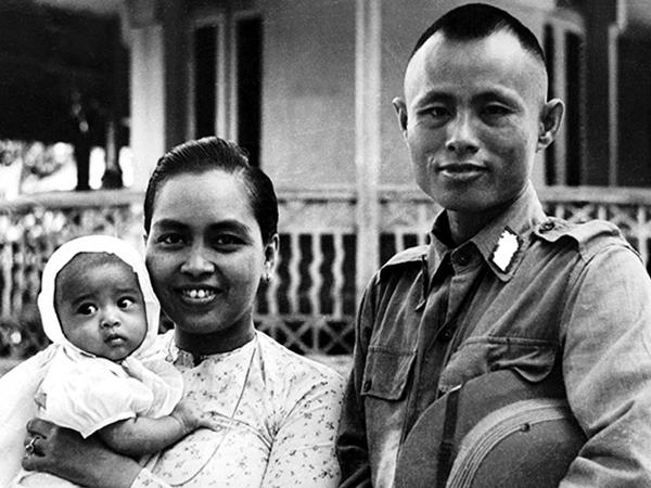 Генерал Аун Сан с супругой и дочерью