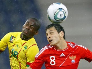 Алан Дзагоев в борьбе за мяч.