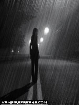 Фото как девушка под дождем уходит