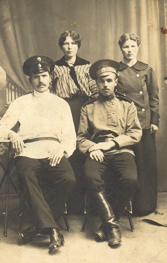 Анастасия Кузьминична справа с родственниками